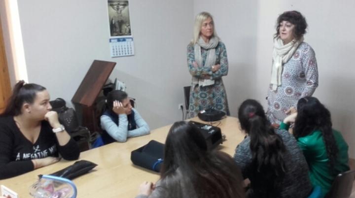 Carmen Gayà durante la explicación de la copa menstrual