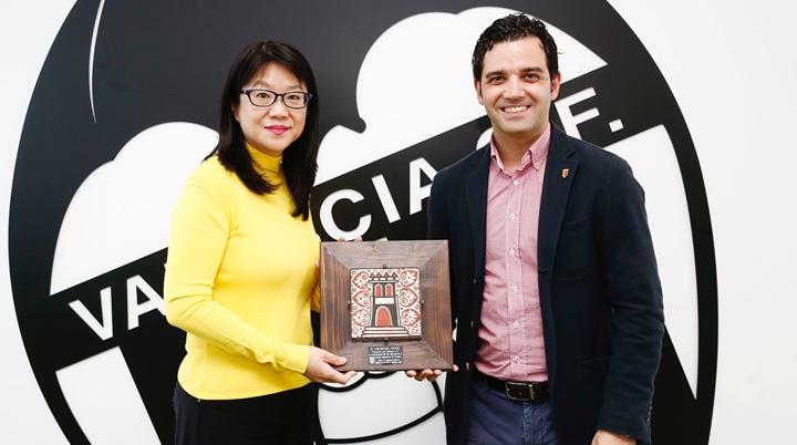 Lay Hoon Chan, presidente del Valencia CF y Juan Antonio Sagredo, Alcalde de Paterna en una visita por el aniversario del Club