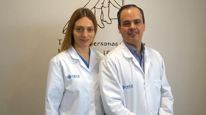 Los doctores Natalia Julve Chover y Gonzalo Ros Cervera