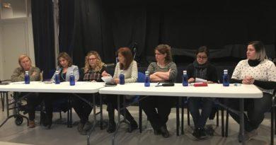 6 mujeres políticas debaten sobre el feminismo en una mesa redonda que reúne a centenares de vecinos en La Canyada