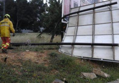 El temporal de agua y viento provoca la caída de un cartel en el polígono Táctica de Paterna