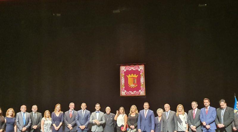 El escultor de La Cañada, Nassio Bayarri, recibe las insignias del 9 de octubre en un acto institucional en el Gran Teatro