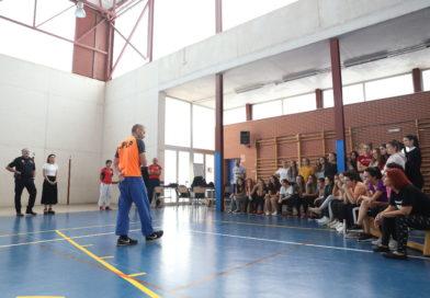 Las alumnas del Henri Matisse de Paterna participan en el taller de Autoprotección de la Policía Local