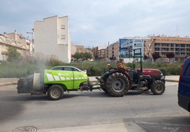 Cuatro tractores colaboran con el ayuntamiento limpiando y desinfectando la ciudad
